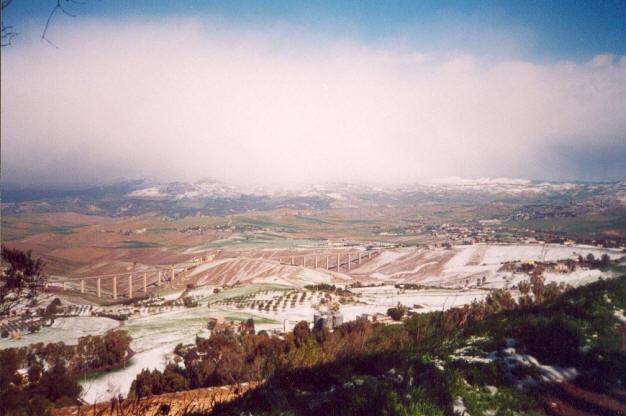 Foto 1- Campagne nissene imbiancate dopo la forte nevicata del 24 e 25 marzo. A Nord si vedono le Madonie innevate e coperte dalle nuvole. Foto scattata dal Monte San Giuliano, 740 m s.l.m., Caltanissetta.
